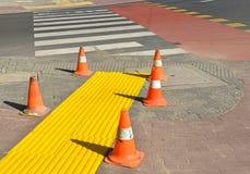 Verkehrskegel nahe bei einem Zebrastreifen Lizenzfreies Stockfoto