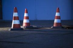 Verkehrskegel um Einsteigeloch Stockfotos