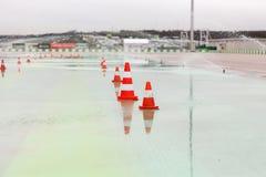Verkehrskegel und -berieselungsanlagen auf nasser Speedway Lizenzfreie Stockfotos