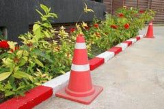Verkehrskegel und Warnzeichen auf Straße Stockfoto