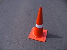Verkehrskegel, welche die Straße blockieren Stockfoto