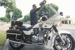 Verkehrsmotorradbulle, die Radargewehr zeigt, Lizenzfreie Stockfotos