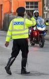 Verkehrspolizei in Barbados grüßend lizenzfreies stockbild