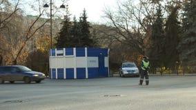 Verkehrspolizeioffiziere, die auf der Straße stehen stock video footage
