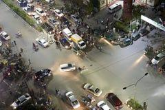 Verkehrspolizist stoppt erfolgreich den Glättungsverkehr stockfoto