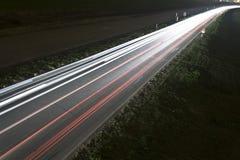 Verkehrsreiche Nachtstraße Stockbild