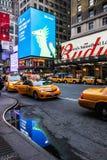Verkehrsreiche Straße an der Hauptverkehrszeit in New York City Lizenzfreie Stockbilder