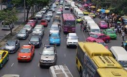 Verkehrsreiche Straße gedrängter Markt Bangkok Lizenzfreie Stockfotos
