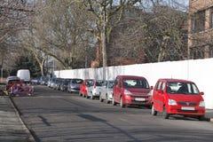 Verkehrsreiche Straße geparkte Autos Stockbilder
