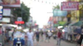 Verkehrsreiche Straße Khao San mit touristischen Wanderern in Bangkok, Thailand verwischt aus Fokusvideo heraus stock footage