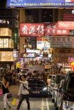 Verkehrsreiche Straße in Kowloon, Hong Kong an der Dunkelheit Stockbild