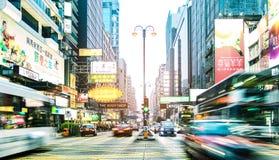 Verkehrsreiche Straße mit Stau auf Hauptverkehrszeit in Hong Kong-Stadt lizenzfreies stockfoto