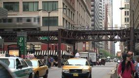 Verkehrsreiche Straße mit Verkehr in die Stadt Chicago stock footage
