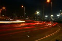 Verkehrsreiche Straße nachts stockfotos