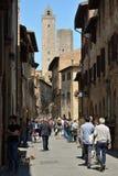 Verkehrsreiche Straße in San Gimignano stockbild