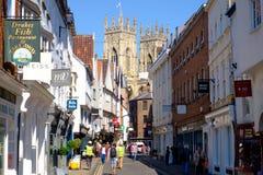 Verkehrsreiche Straße in York, Großbritannien, blickend in Richtung York-Münsters Lizenzfreie Stockbilder