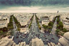 Verkehrsreiche Straßen Paris, Frankreich, Alleen-DES Champs-Elysees weinlese Lizenzfreies Stockbild