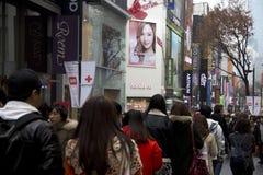Verkehrsreiche Straßen von Myeongdong Seoul Korea lizenzfreie stockfotos