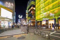 Verkehrsreiche Straßen von Shibuya-Bezirk in Tokyo nachts, Japan Stockfotos