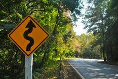 Verkehrsschild auf dem Weg bis zum Berg lizenzfreies stockbild