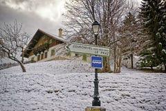 Verkehrsschild auf der alpinen Straße zum Courchevel-Skiort Stockfotos