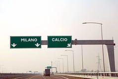 Verkehrsschild auf der italienischen Autobahn für die Städte nannte MAILAND a lizenzfreies stockbild