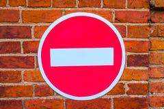 Verkehrsschild auf einem Backsteinmauerhintergrund stockfotografie