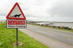 Verkehrsschild auf einer Landschaftsstraßenwarnung für die Otterkreuzung Lizenzfreie Stockfotos
