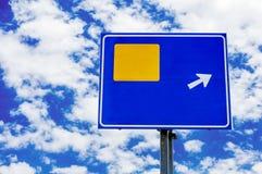 Verkehrsschild auf Himmelhintergrund zu hinter Ihrer Information Lizenzfreie Stockfotos