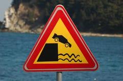 Verkehrsschild - Auto, das in Wasser fällt Stockfotos