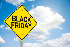 Verkehrsschild Black Friday auf Himmel Lizenzfreies Stockbild