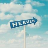 Verkehrsschild, das auf Himmel zeigt Stockbilder