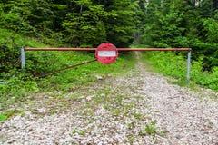 Verkehrsschild, das Eintritt im Wald blockierte Stockfoto