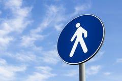 Verkehrsschild der Fußgänger nur Stockbilder