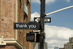 Verkehrsschild, an der Kreuzung zu danken Lizenzfreie Stockbilder