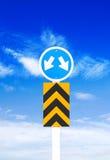 Verkehrsschild ein Hintergrund des blauen Himmels (Beschneidungspfad) Stockfoto