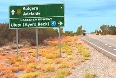 Verkehrsschild entlang der Lasseter-Landstraße nahe Ayers-Felsen in Australien Lizenzfreies Stockbild