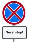 Verkehrsschild - es ist verboten, um mit einer Aufschrift auf einer weißen Platte zu stoppen 'stoppt nie! ' lizenzfreie abbildung