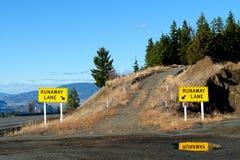 Verkehrsschild für Durchgehen-LKW-Rampe im Wald auf einem Berg Roa Lizenzfreie Stockfotografie