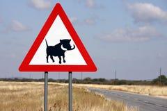 Verkehrsschild - Gefahr Wathogs - Namibia Stockfoto