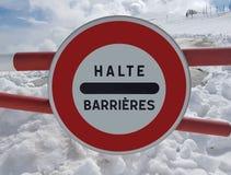 Verkehrsschild Halt Warnen der Gefahr in den Bergen Lawinenrückzug Gefahr auf dem Schnee-mit einer Kappe bedeckten Berg übersteig Stockbilder