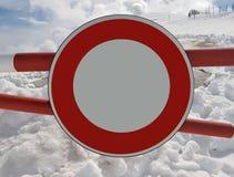Verkehrsschild Halt Warnen der Gefahr in den Bergen Lawinenrückzug Gefahr auf dem Schnee-mit einer Kappe bedeckten Berg übersteig Stockfoto