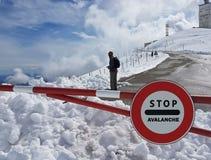 Verkehrsschild Halt Warnen der Gefahr in den Bergen Lawinenrückzug Gefahr auf dem Schnee-mit einer Kappe bedeckten Berg übersteig Lizenzfreies Stockfoto