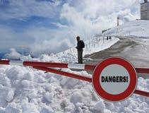 Verkehrsschild Halt Warnen der Gefahr in den Bergen Lawinenrückzug Gefahr auf dem Schnee-mit einer Kappe bedeckten Berg übersteig Lizenzfreies Stockbild