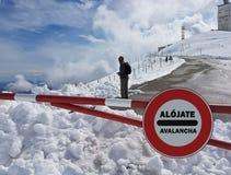 Verkehrsschild Halt Warnen der Gefahr in den Bergen Lawinenrückzug Gefahr auf dem Schnee-mit einer Kappe bedeckten Berg übersteig Stockbild