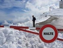 Verkehrsschild Halt Warnen der Gefahr in den Bergen Lawinenrückzug Gefahr auf dem Schnee-mit einer Kappe bedeckten Berg übersteig Stockfotografie