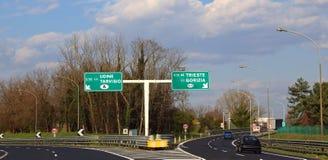 Verkehrsschild herein die Landstraßenkreuzung, um nach Österreich oder Slowenien zu gehen stockbild