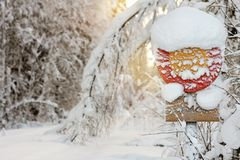 Verkehrsschild herein Schnee Stockbilder
