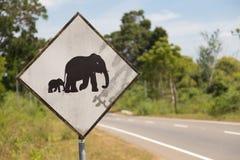 Verkehrsschild herein Sri Lanka Vorsicht, Elefanten, welche die Straße kreuzen Lizenzfreie Stockfotografie