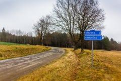 Verkehrsschild herein tschechische Landschaft Stockbilder